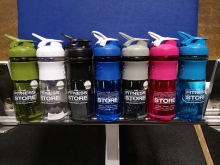 The Fitness Store - SportMixer 828ml (von BlenderBottle®)